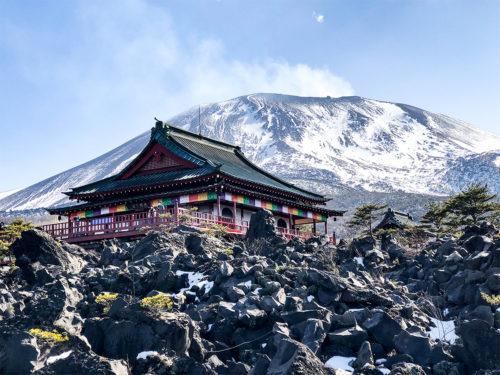 浅間山観音堂ど雪化粧をした浅間山