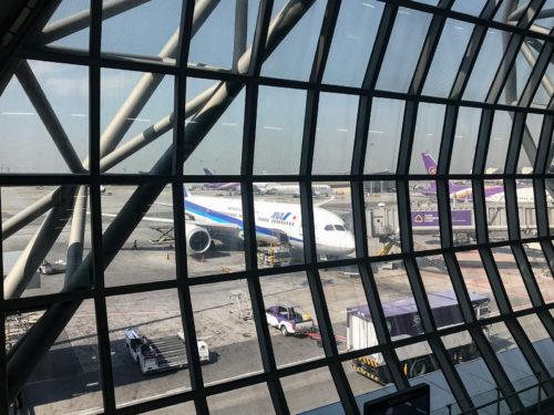 スワンナプーム空港で出発を待つANAの飛行機