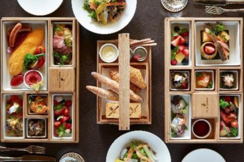 木箱で提供される洋定食と和定食