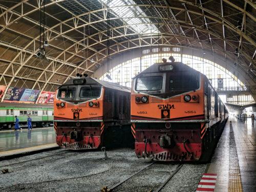 フアランポーン駅に停車中のディーゼル機関車(4542、4551)