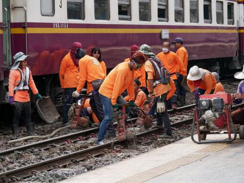 フアランポーン駅構内の保線作業