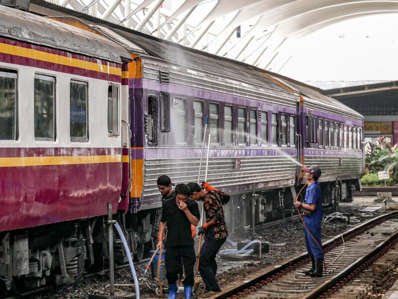 タイ国鉄の洗車風景