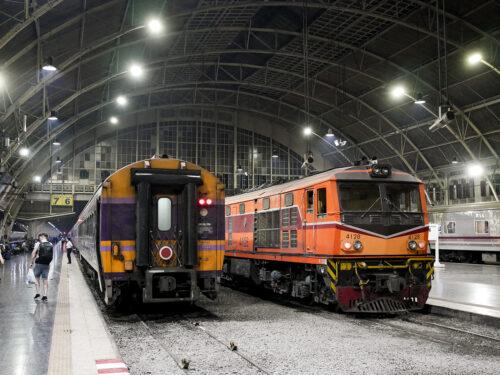 夜のフアランポーン駅に停車中の列車