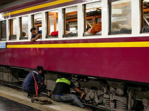 夜のフアランポーン駅で修理中の列車