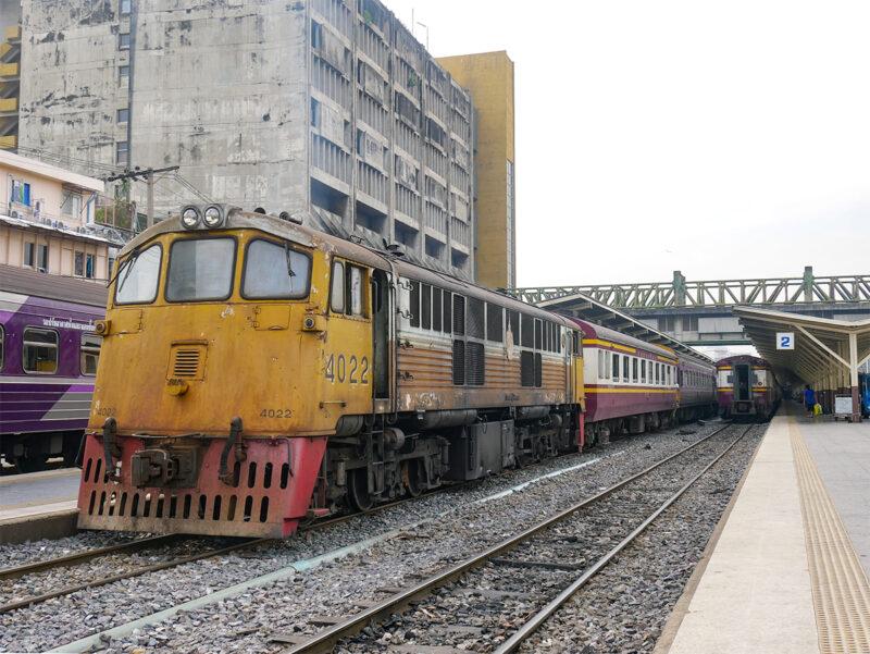 入替機のGE型(4022)を先頭にした列車